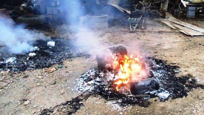 Mulher surta e joga o próprio bebê de dois meses na fogueira em Santo Antônio do Itambé, MG
