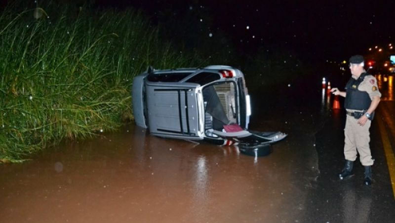 Motorista perde controle e capota na BR 116 próximo à Muriaé