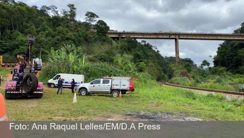 Começa resgate de corpos de vítimas da queda de caminhão em rio na BR-381