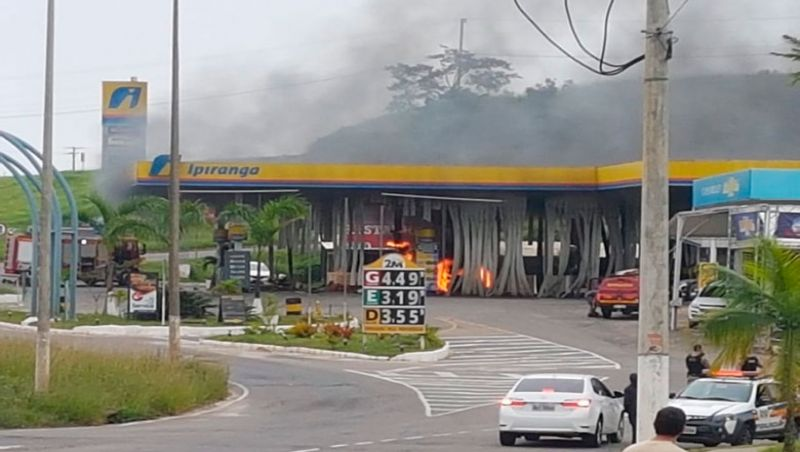 Bombeiros atendem a ocorrência de incêndio em posto de combustível em JF