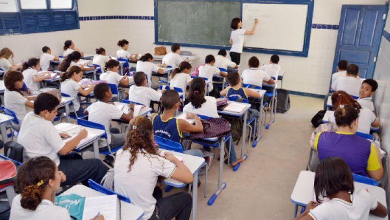 Governo de Minas diz que, apesar da crise, ano letivo começa dia 7 de fevereiro