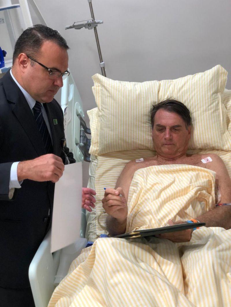 Bolsonaro apresenta boa evolução e despacha com assessores