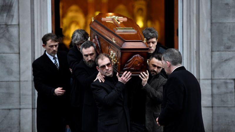 Fãs se despedem da vocalista do Cranberries em cerimônia aberta