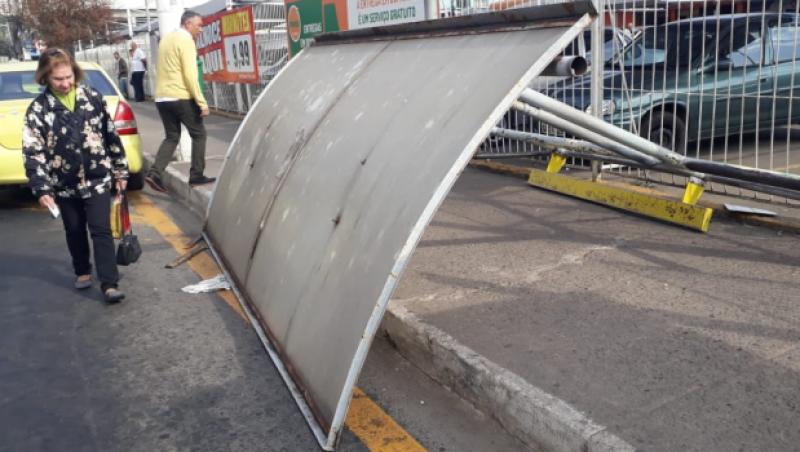 Ponto de ônibus cai na Rua Benjamin Constant em JF, mas não fere pedestres