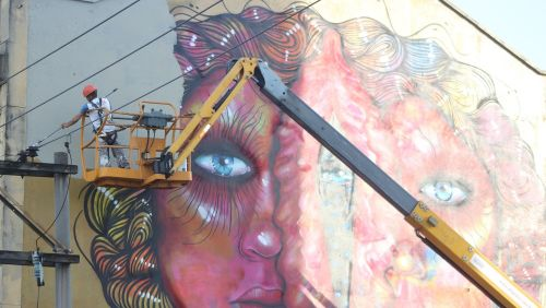 Pintura que causou polêmica por parecer genitália feminina é removida de prédio