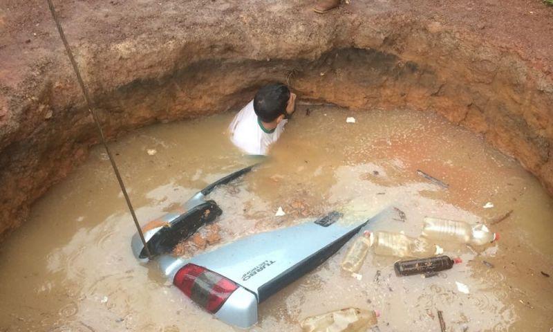 Caminhonete é 'engolida' por cratera de 7 metros em estrada em Cáceres (MT); veja a imagem
