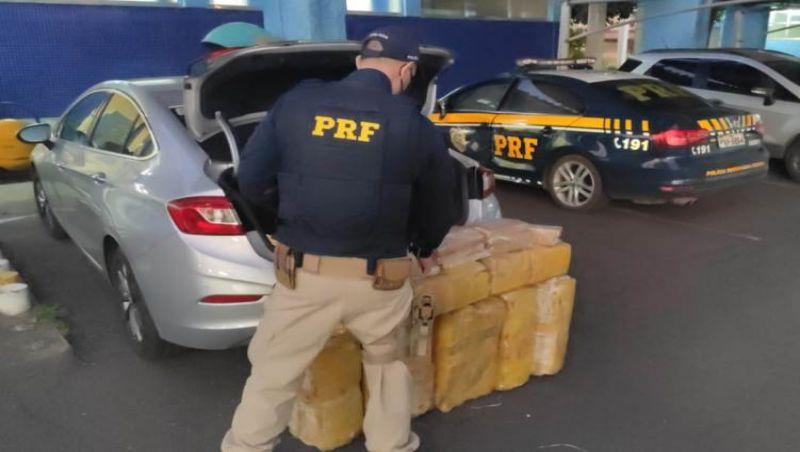 PRF prende motorista transportando cerca de 200 quilos de maconha em veículo de luxo