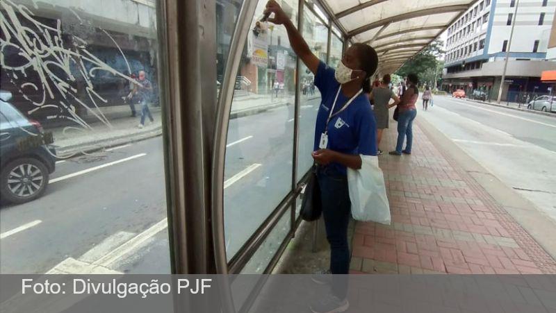 JF: Demlurb realiza campanha de conscientização e limpeza em pontos de ônibus