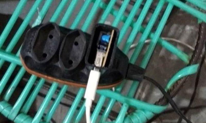 Celular carregando pode conduzir descarga elétrica em tempestades; veja cuidados para evitar acidentes