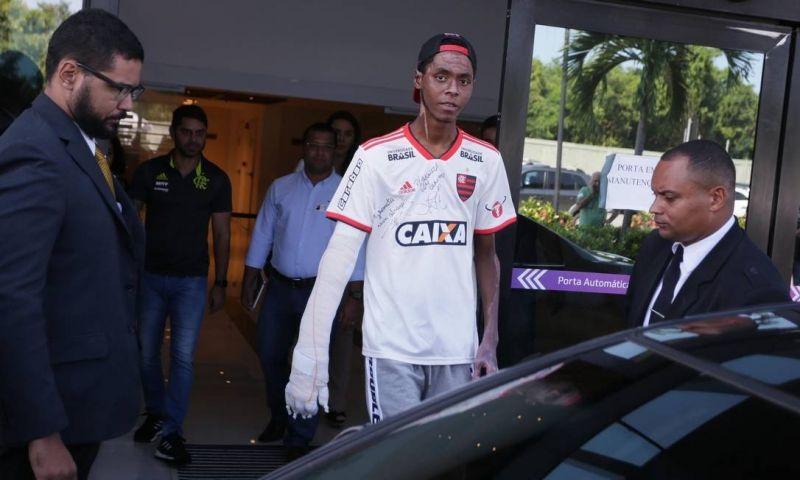 Atleta da base do Flamengo recebe alta dois meses após incêndio