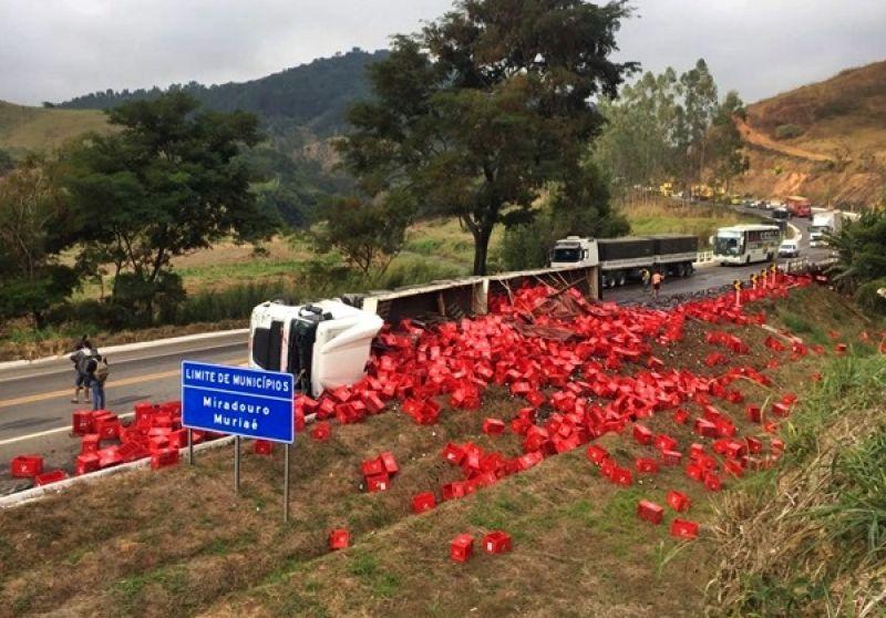 BR-116: carreta carregada com cerveja tomba no limite entre Muriaé e Miradouro
