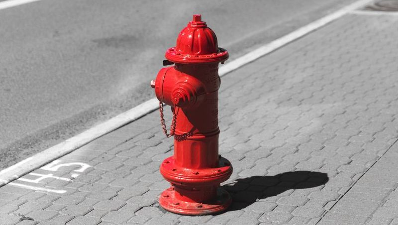 Rapaz é detido após ser flagrado tentando roubar tampa de hidrante em Juiz de Fora