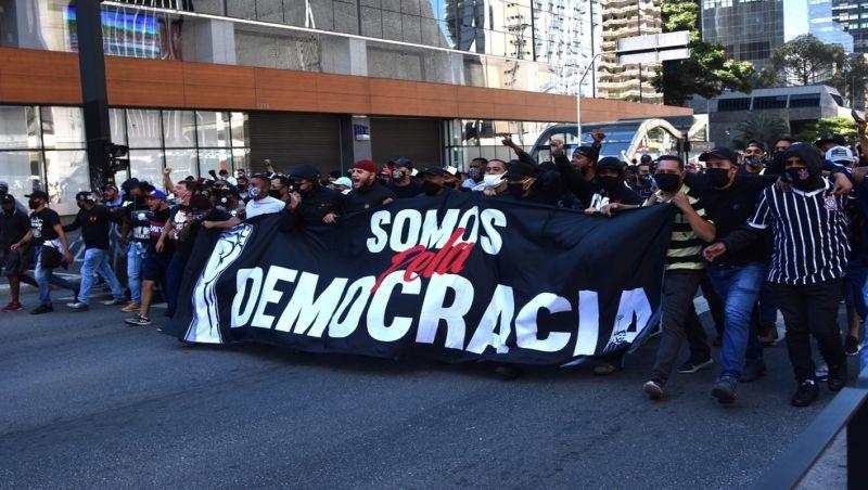 Ato de torcedores a favor da democracia tem confronto com grupo pró-Bolsonaro e PM na Avenida Paulista