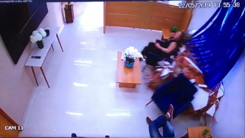 Mulher sai ilesa após carro invadir escritório e atingir poltrona; vídeo