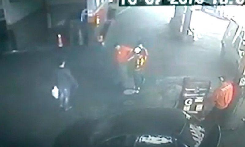 Ladrões tentam atirar durante roubo a posto de combustíveis no Centro de JF
