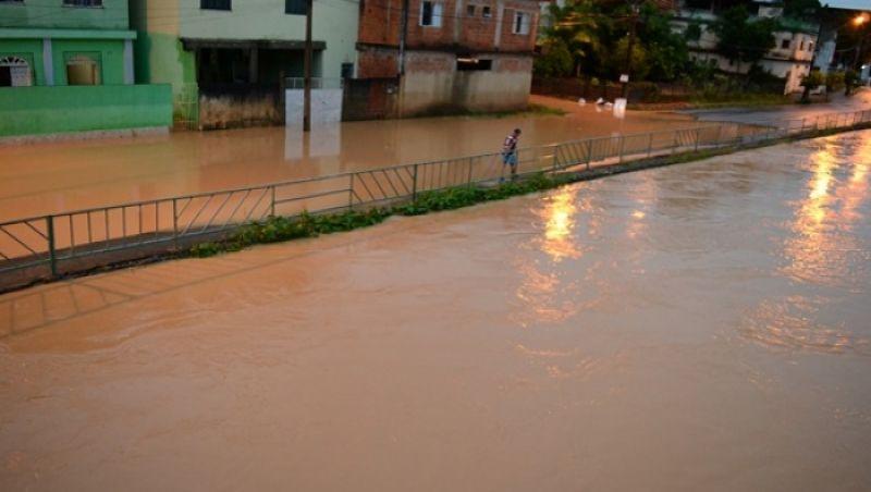 Temporal em Muriaé deixa ruas alagadas e deslizamentos de terra são registrados