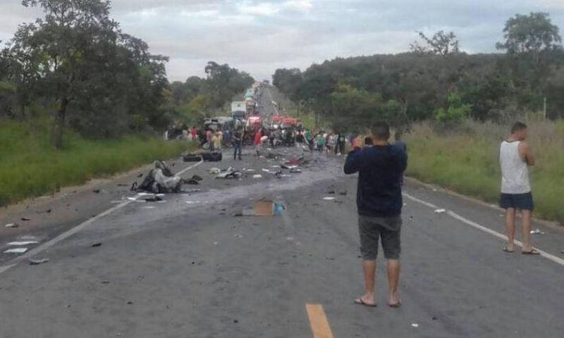 Grave acidente entre cinco veículos deixa ao menos quatro mortos na BR-251, no Norte de Minas