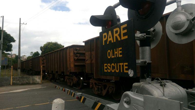 Mulher morre após ser atropelada por trem em JF