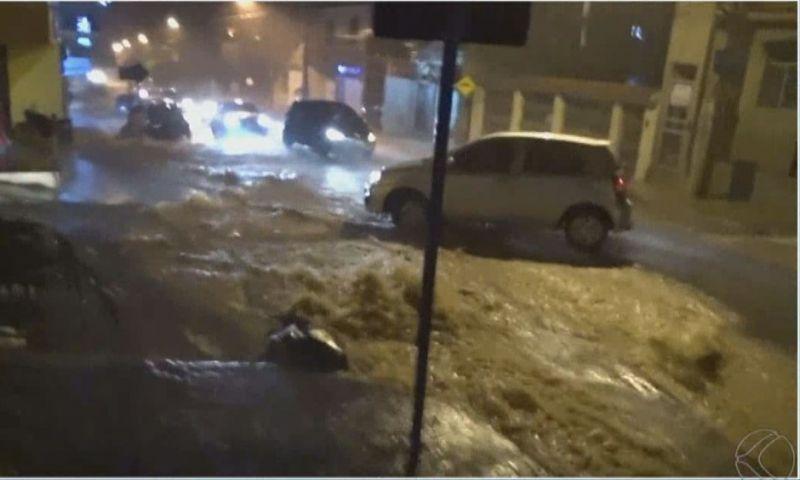 Forte chuva causa pontos de alagamento em Muriaé