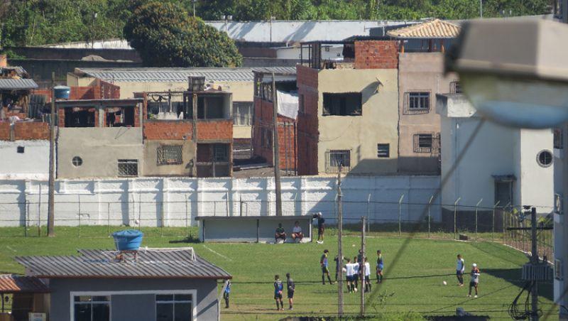 Jovem invade campo do Tupi em JF para fugir de flagrante policial