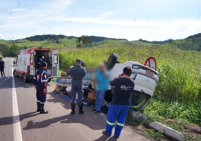 Acidente na BR-116: caminhão capota próximo à Muriaé e 2 pessoas ficam feridas
