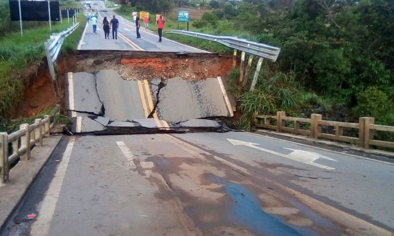 Trecho da BR-265 seguirá interditado após queda de ponte próximo a Nazareno, MG