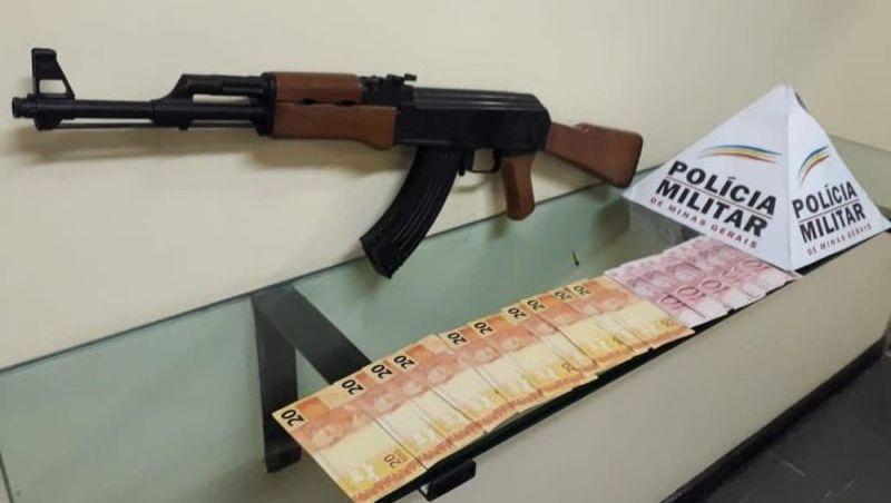 Jovem é detido com notas falsas e simulacro de fuzil AK-47 em JF