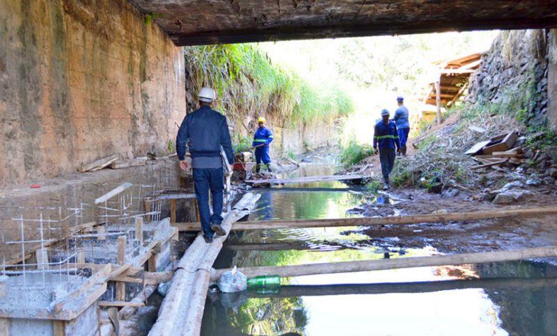 Córrego Tapera em JF recebe mais 600 metros de redes coletoras de esgoto
