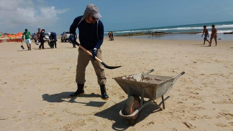 Praia do Futuro, em Fortaleza, está imprópria para banho devido a manchas de óleo