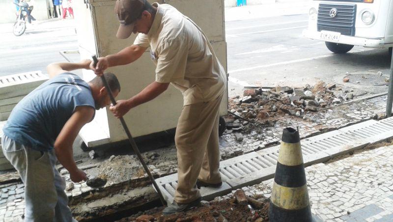 Secretaria de Obras troca modelo de grades de canaletas no Centro de JF