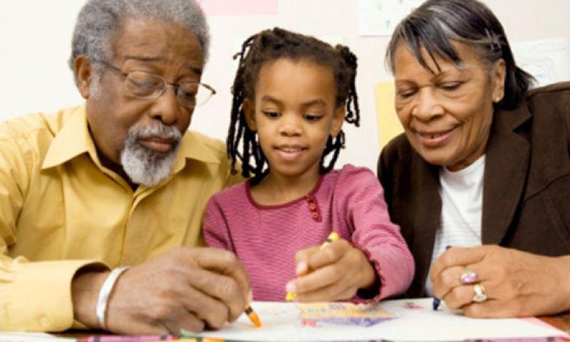 Resultado de imagem para Avós que cuidam dos netos vivem até 10 anos mais, diz estudo