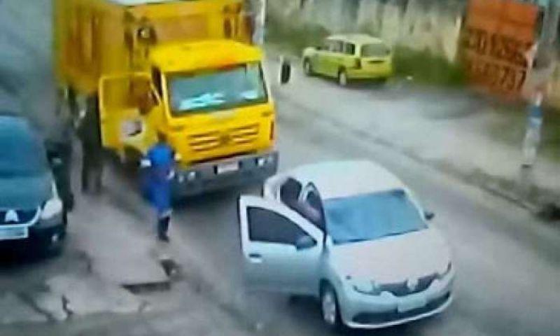 Bandidos roubam caminhão de bebidas e levam funcionários como reféns em São Gonçalo; veja vídeo