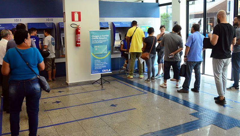 Juiz-foranos começam a resgatar FGTS na Caixa Econômica Federal