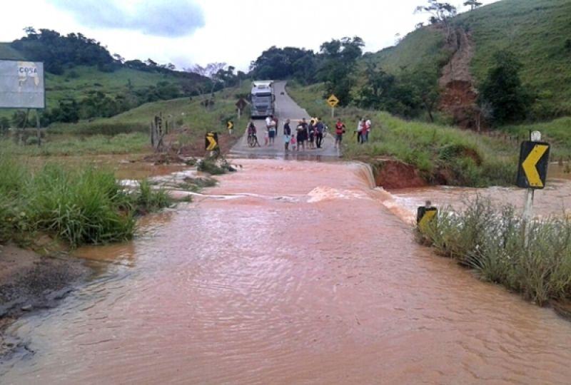 Rio transborda e interdita BR-356 entre Muriaé e Rosário da Limeira