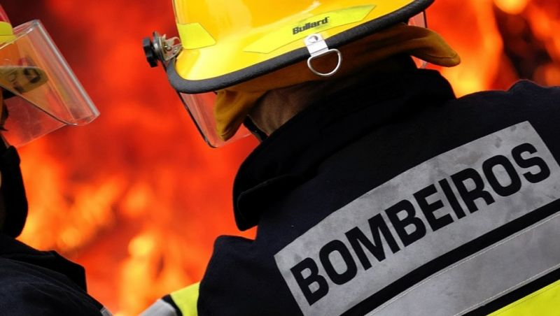 Bombeiros controlam incêndio em área de vegetação em Juiz de Fora
