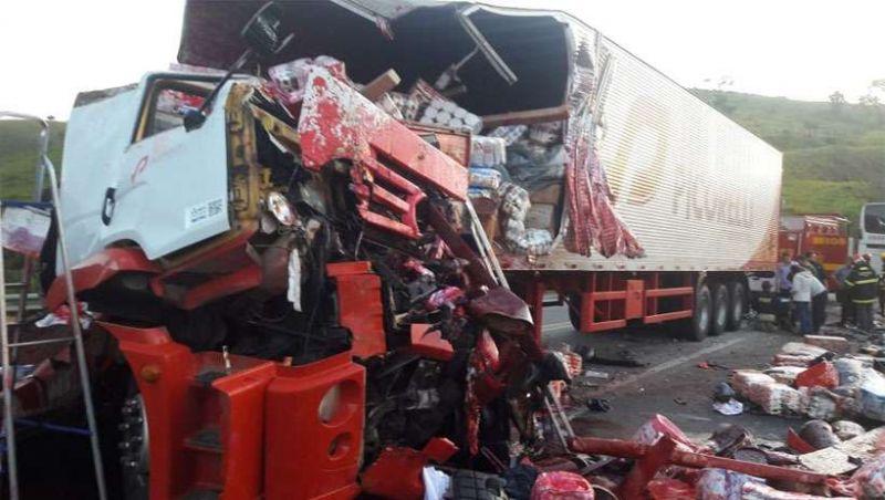 Batida entre ônibus e carreta deixa mortos e feridos na BR-267, em Liberdade-MG
