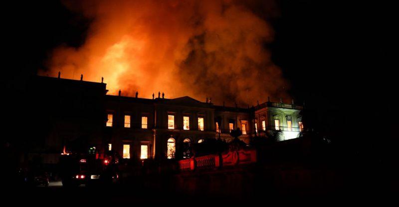 Cedae é multada por falta de água durante incêndio no Museu Nacional