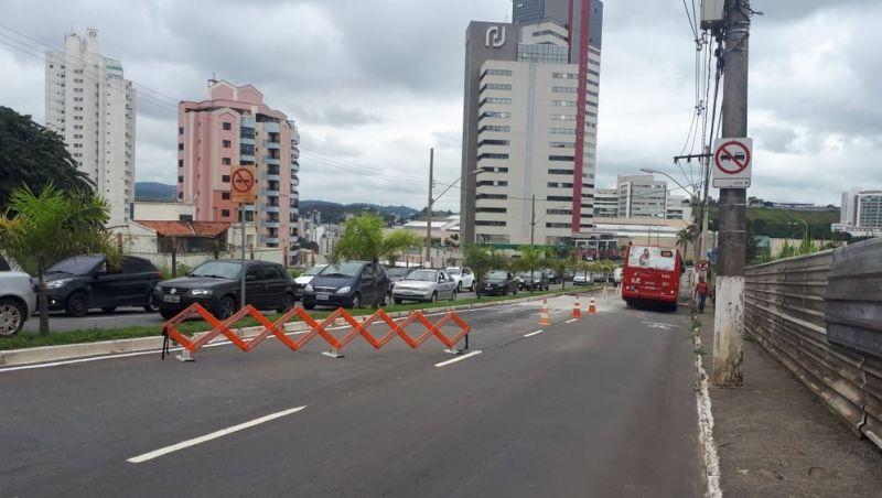 Após asfalto ceder, trânsito é liberado em meia pista na Avenida Itamar Franco em Juiz de Fora