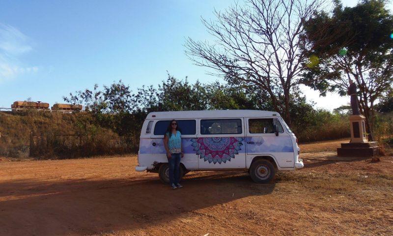 Junto com a 'kombinha Janis', mineira apaixonada por música viaja pelo estado fazendo shows