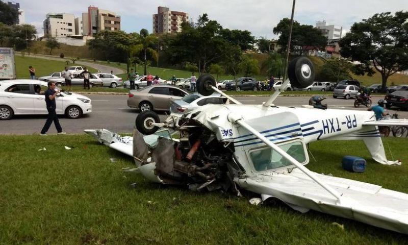 Avião de pequeno porte cai em Ipatinga e deixa piloto ferido
