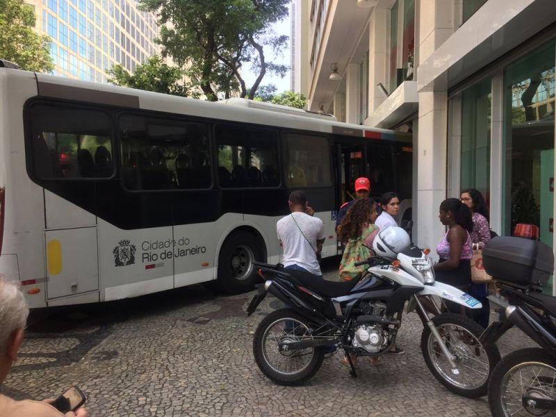 Ônibus invade agência bancária e deixa feridos no Rio