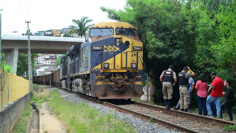 Mãe com bebê no colo é atingida por trem no Poço Rico