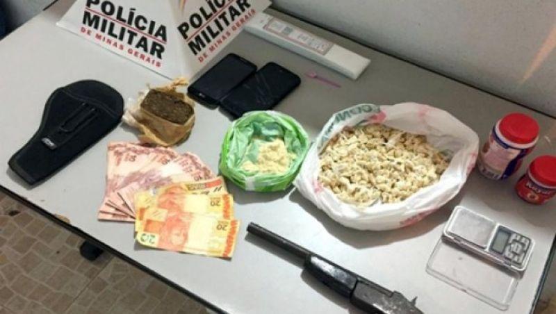 PM apreende 533 papelotes de cocaína e prende três pessoas em Muriaé