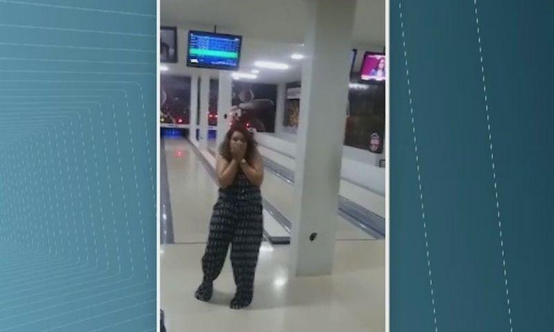 Mulher quebra televisão com bola de boliche durante arremesso desastroso e vídeo viraliza em RO