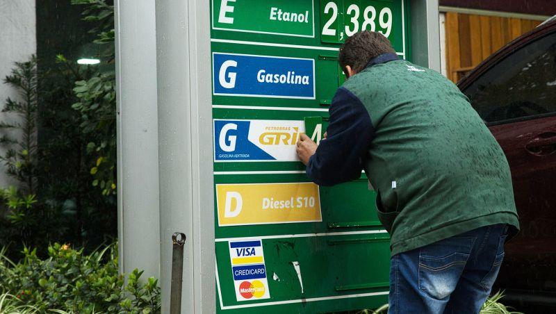 Preço da gasolina nas refinarias tem amanhã segundo reajuste no mês