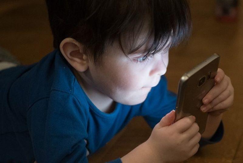 Uso contínuo e muito perto de celulares tem deixado crianças míopes, alerta oftalmologia