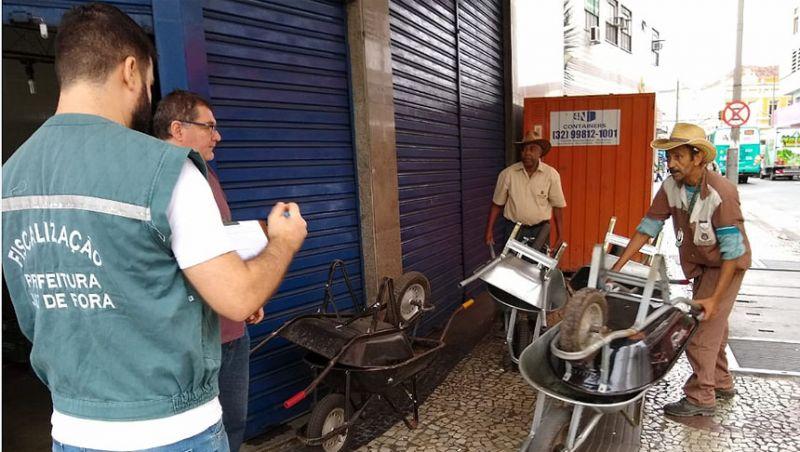 Secretaria de Atividades Urbanas de Juiz de Fora doa 15 carrinhos de mão para Obras