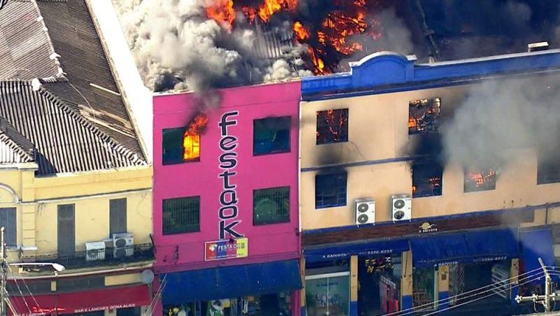 Incêndio atinge prédio comercial na região da 25 de Março, em SP