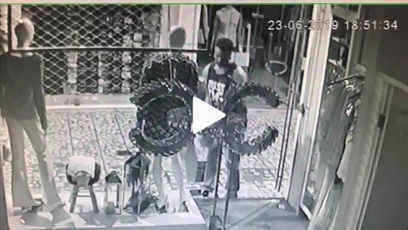 Homem 'pesca' roupas em vitrine e furta loja no Centro de Juiz de Fora; veja vídeo