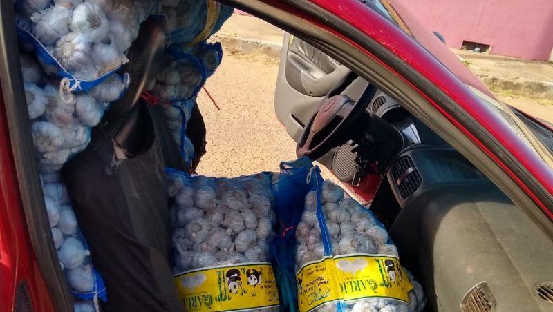 Jovem é flagrado em RR com quase uma tonelada de alho contrabandeado da Guiana em picape